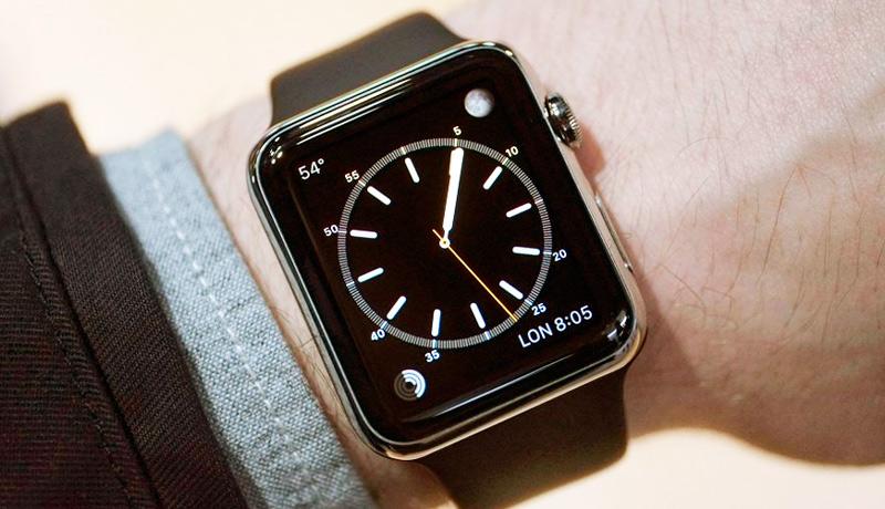 Часы Apple Watch на руке показывают время