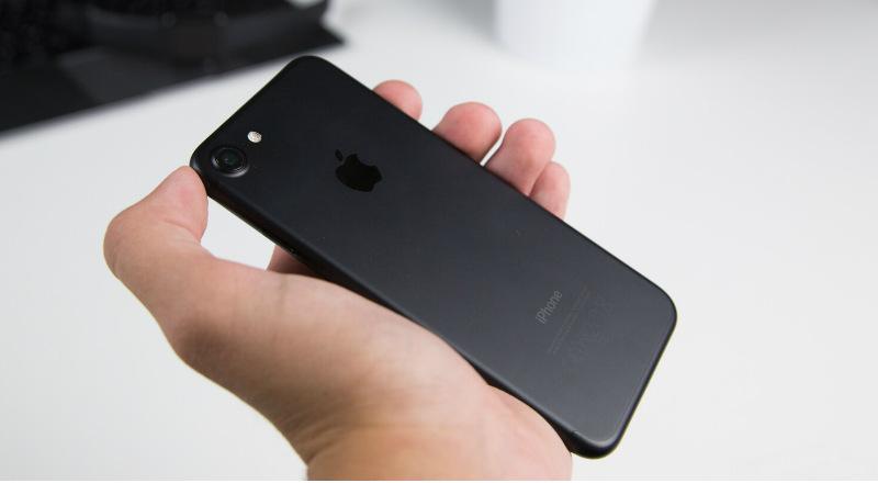 Как выглядит iPhone 7 в руке.