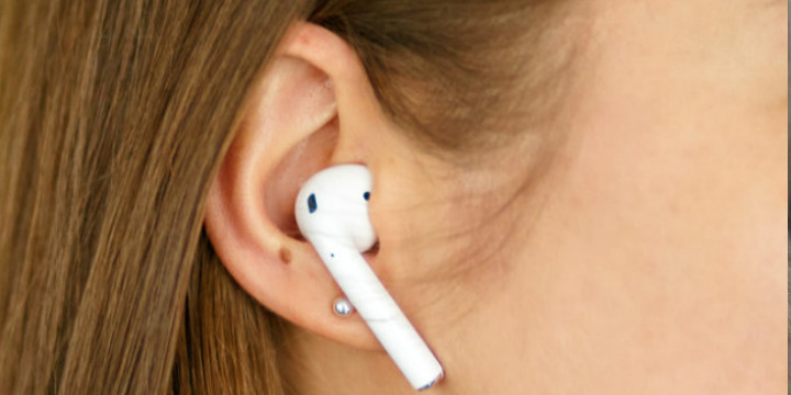 Выпадают ли наушники AirPods из уха.